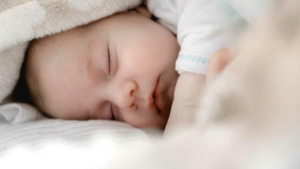 Bebé sin problema de regresión del sueño