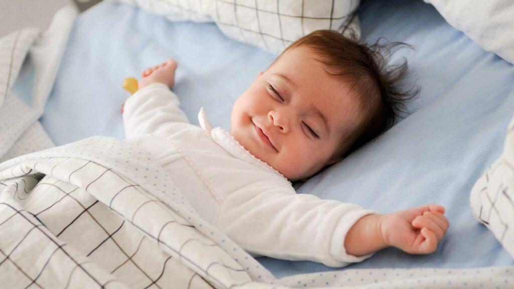 Niño feliz tras mejorar el sueño