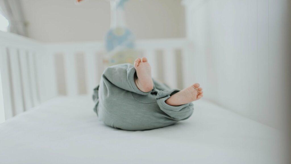 pies niño en su ventana de sueño