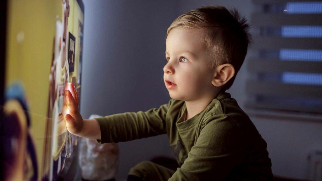 niño con pantallas de Televisión