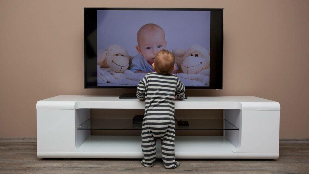 niño viendo pantalla de TV